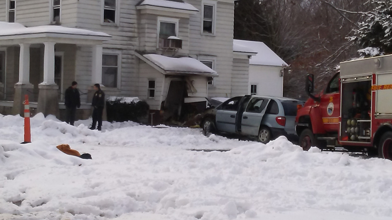 Car into house in Fulton