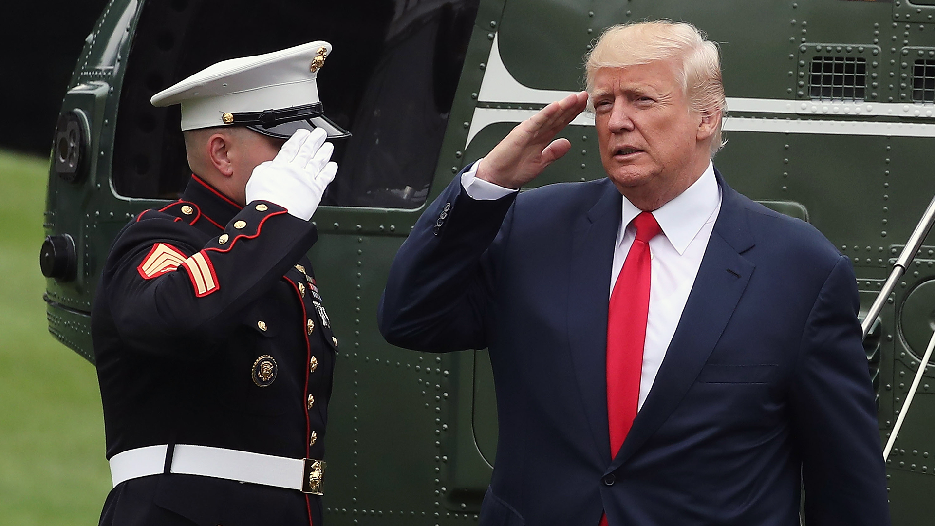 President Trump salutes Marine off helicopter-159532.jpg39967964